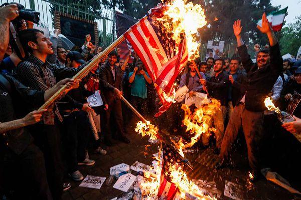 伊朗民众焚烧星条旗 抗议美国退出伊核协议