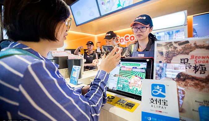 中国游客海外排队买奶茶 争相使用支付宝
