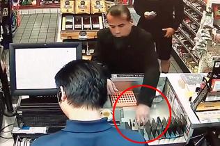 美警察误将便利店顾客当小偷 持枪威逼其返还商品