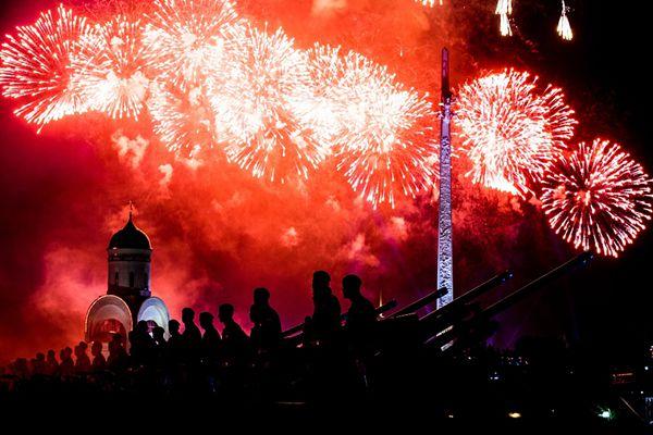 俄罗斯多地燃放绚烂烟火 纪念卫国战争胜利73周年