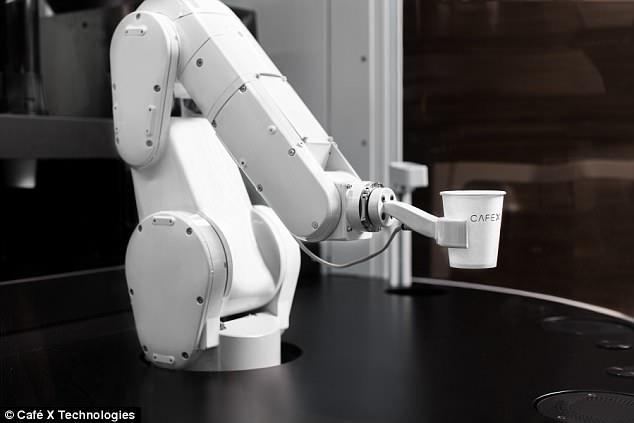 """机器咖啡师显""""神威"""":一天可制作400杯咖啡"""