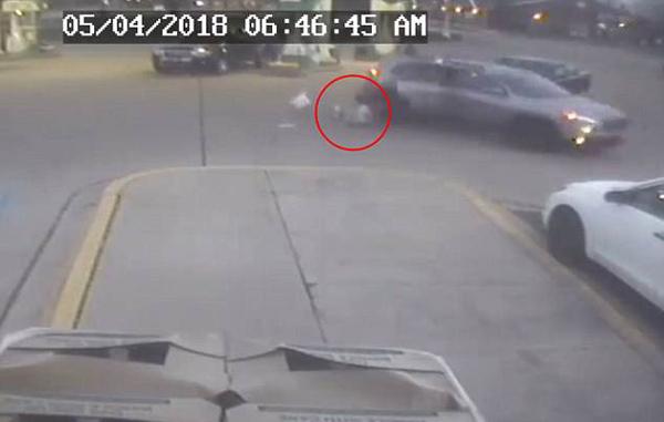 勇气可嘉!大胆歹徒劫车后座11岁女孩跳车逃跑