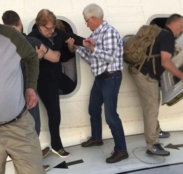 美国航班落地后机舱冒浓烟 153名旅客紧急撤离