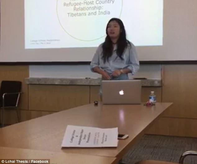 美女大学生答辩时不满女教授质疑穿着 当场脱衣抗议