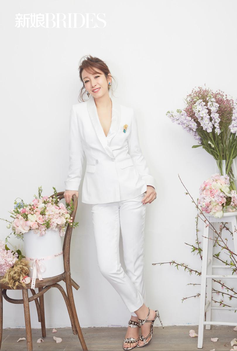 秦海璐登杂志封面 唯美白裙身姿曼妙
