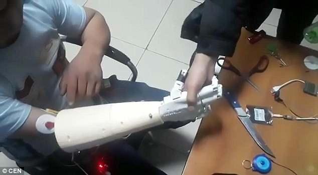 逆天!男子用大脑控制仿真手臂 可握手、捡塑料瓶