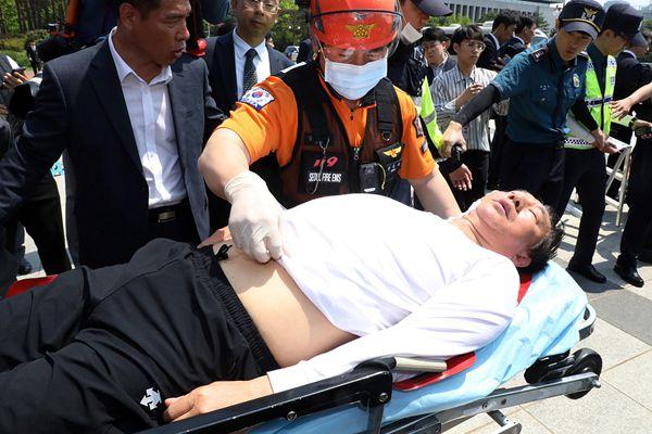 韩在野党鞭绝食抗议8天 虚脱送医