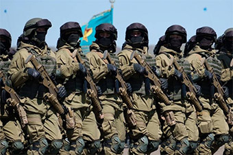哈萨克斯坦阅兵特战队亮相装备很精良