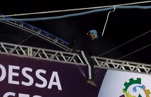 巴西音乐节一男子攀爬舞台架触电身亡
