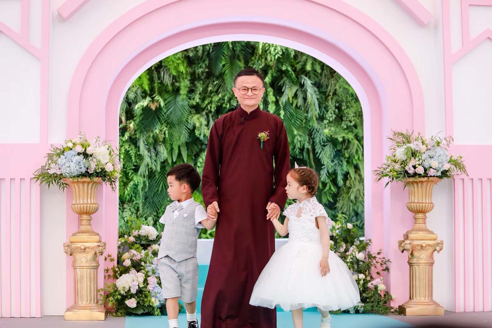"""证婚人马云在阿里集体婚礼戏谈""""梦想""""和""""算法"""""""
