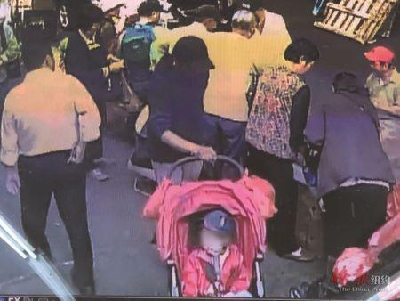 美媒:乘人不备推走婴儿车 纽约一男子企图拐带华裔男童