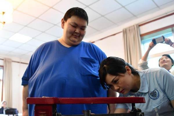 """530斤""""中国第一胖""""带着240斤的母亲一起减肥"""