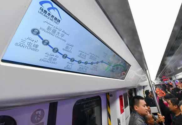 乌鲁木齐地铁1号线将试运行 民众登车试乘