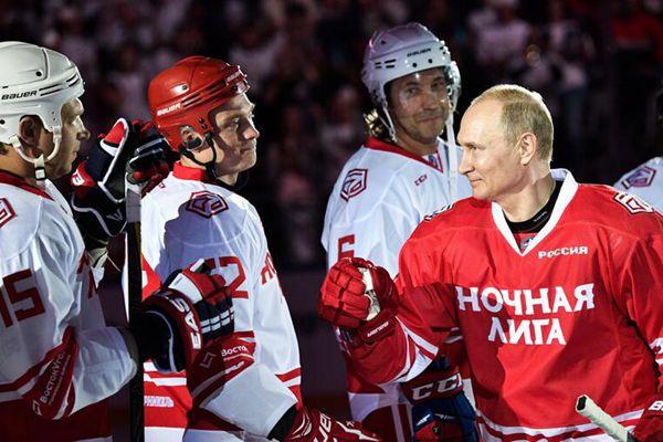 普京参加索契冰球赛 亲自上场秀身手