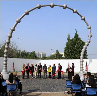 """马丁·普里尔雕塑""""相连""""于美国驻华大使馆落成"""