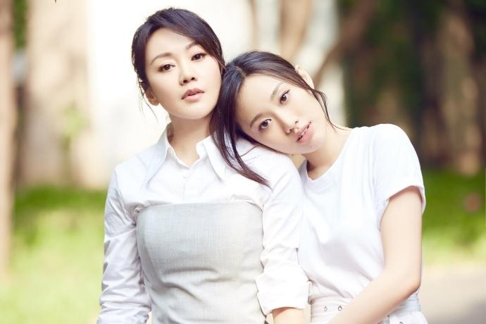 越活越年轻!47岁闫妮携女儿合体拍写真两人竟似姐妹