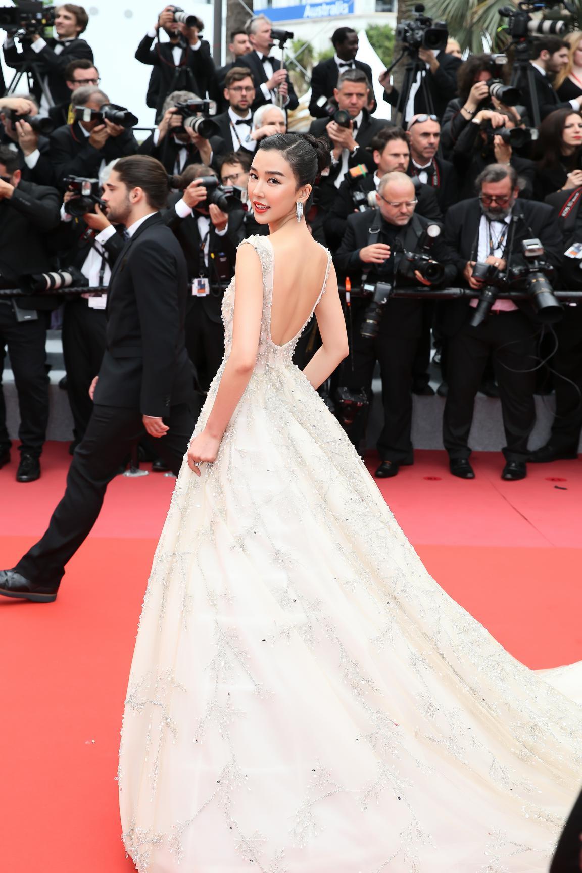 姚星彤亮相戛纳电影节 白色长裙诠释优雅美