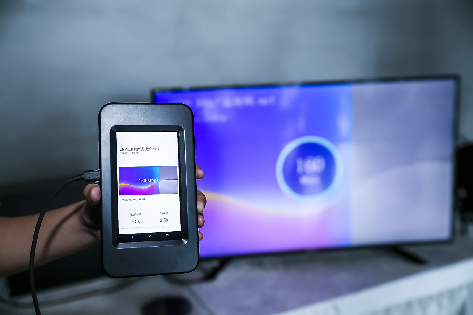 5G下行速率演示   而与传统单摄和双摄系统相比,3D结构光可以实现高准确度的深度信息采集,快速扫描,可靠的暗光表现,简化的深度计算复杂度,并可以实现像3D人像建模等独特功能。   此次技术演示系统采用集成结构光摄像头的定制版OPPO R11s智能手机完成,通过手机的RGB和结构光摄像头分别采集被摄物色彩和3D深度信息,再经过5G传输,最终实时呈现在远端显示器。