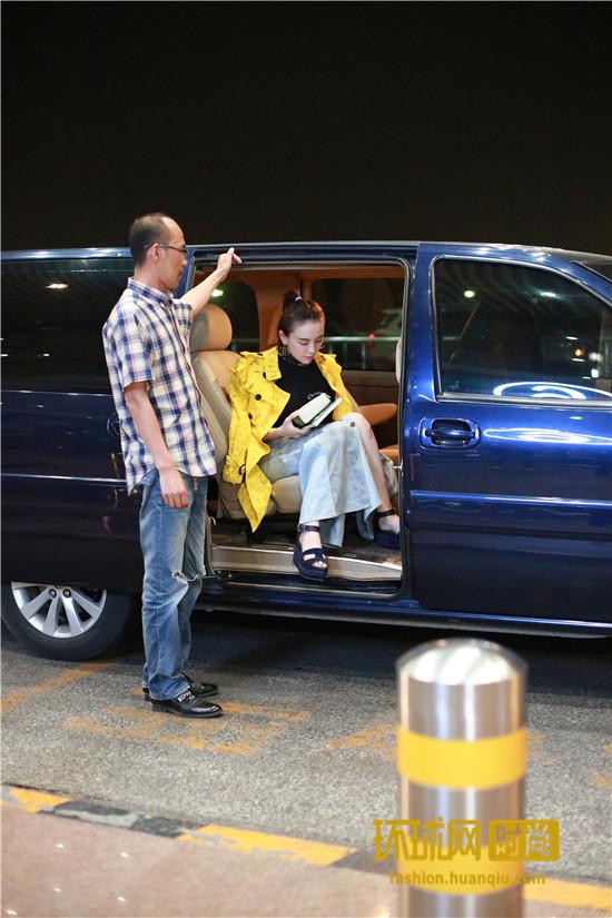 吕佳容赴戛纳现身机场 爆曾被误认古力娜扎