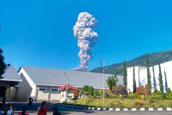 印尼默拉皮火山喷发致航班停飞 浓烟升至5500米高