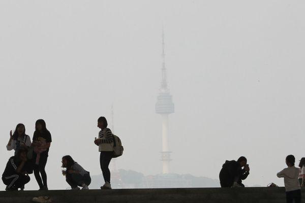 """韩国首尔再遇雾霾围城 首尔塔开启""""隐身""""模式"""