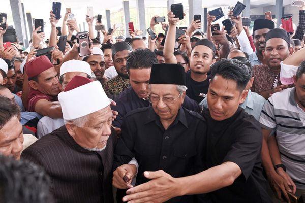 马来西亚新总理马哈蒂尔参加周五祷告 获民众围堵人气高