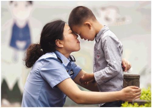 5月4日,蒋敏和6岁的儿子在一起。