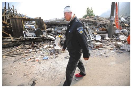 2008年5月15日,马国林在映秀镇废墟中巡逻。