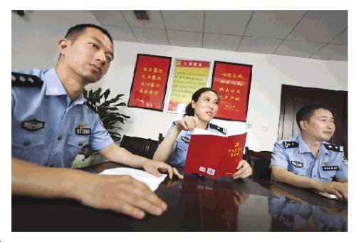 蒋敏参加反恐支队党支部会议。