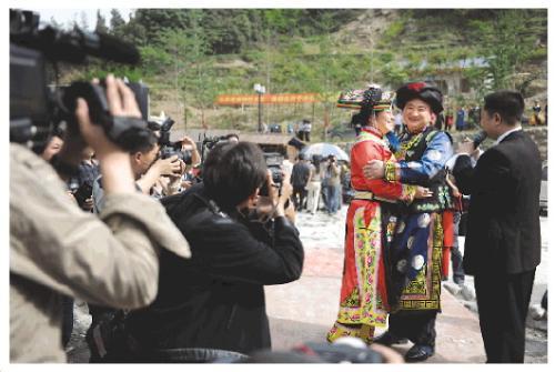 2009年4月25日,张勇和熊英在重组家庭集体婚礼上。