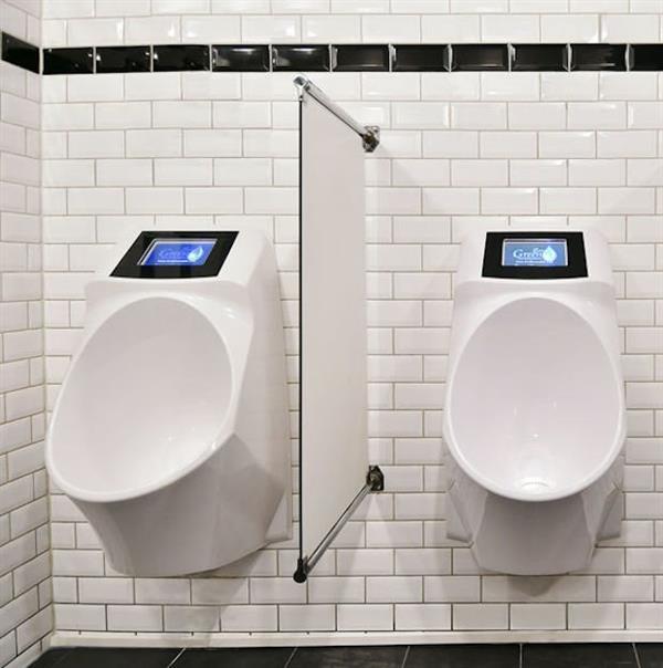 荷兰小便池带显示屏 网友:这样设计很分心