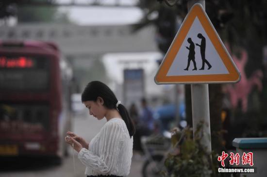 """韩""""手机僵尸""""APP治低头族 走路时手机自动锁屏"""