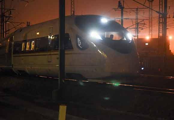 """凌晨探访高铁线上的""""扫雷车"""" 开行最早却不载客"""