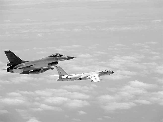 """解放军多型战机""""双向绕飞台岛""""巡航 岛内炸锅"""