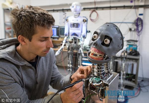 实拍英国机器人工厂 人形样貌机器人栩栩如生