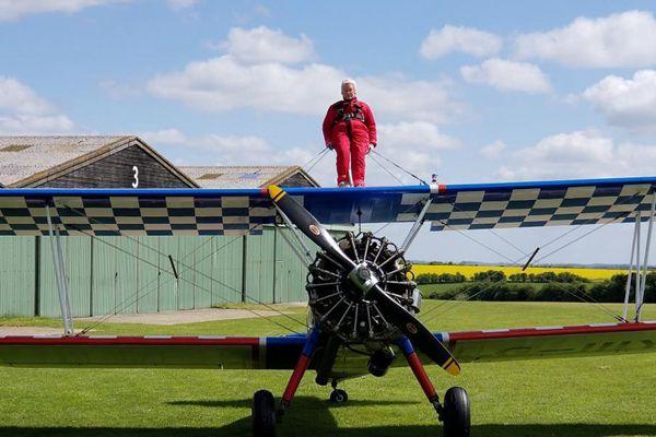 英国91岁奶奶爬上机翼 飞百米高空创纪录