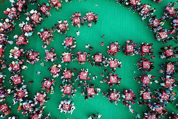 """母亲节:山沟里办""""婆媳宴"""",800女子唱《母亲》场面震撼"""