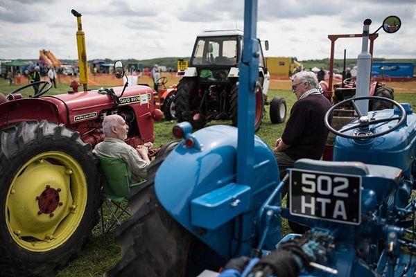 英国举办复古乡村聚会 老爷爷带老式拖拉机兜风