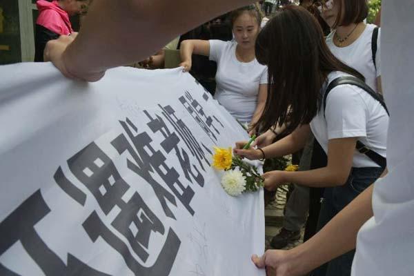 北川中学2008级6班幸存者祭奠遇难师生