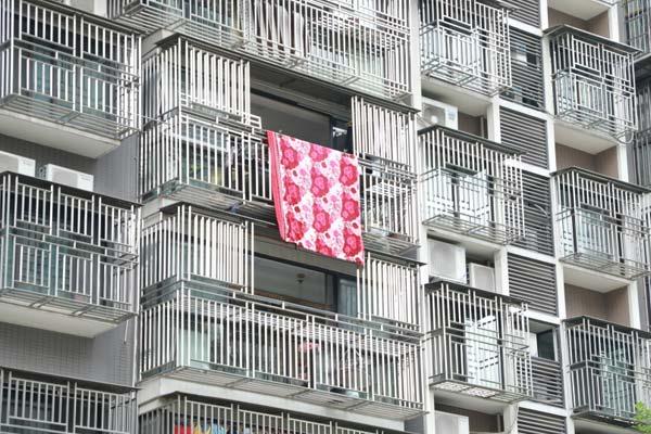壮观!为防止小孩跌落 杭州一小区整栋楼安装了防盗窗