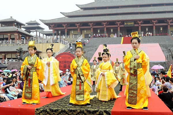 浙江金华:传统民族服饰文化浸润孩子心灵
