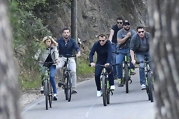 """马克龙与妻子在法国南部度假  数名保镖骑车随行""""护驾"""""""