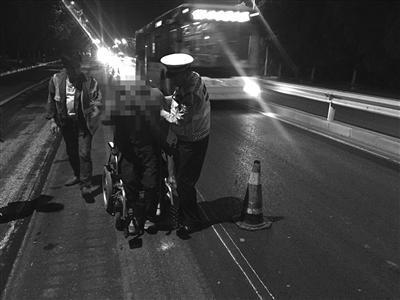 老人坐电动轮椅回南京 电量不足交警将其送到家