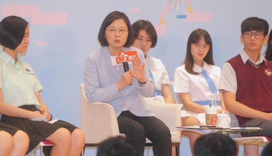 蔡英文猛劝台湾高中生别上大学先去军队 原因是…