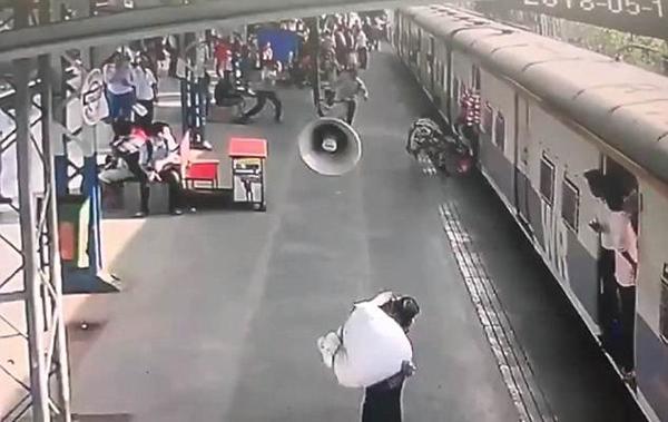 印妇女着急上火车致女儿滑落 警察见状迅速扑救
