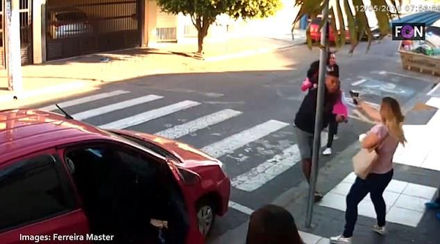 巴西女警送孩子上学遇持枪劫匪 果断拔枪击毙