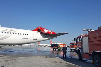 土耳其机场两机碰撞 一架垂尾被削掉