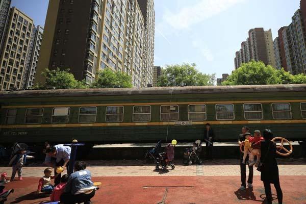 """绿皮火车""""开进""""西安小区 改建超市成别致风景"""