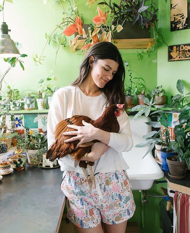 美模特收养被弃母鸡与其形影不离 带其接拍广告