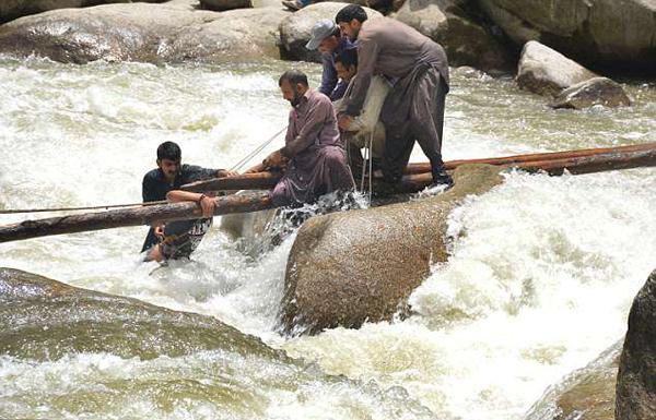巴基斯坦大学生危桥上扎堆拍照致桥坍塌5人溺亡